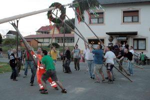Traditionelles Maibaumstellen vor dem Gasthaus Kurta
