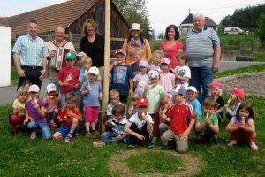 Maibaumstellen im gemeindeübergreifenden Kindergarten