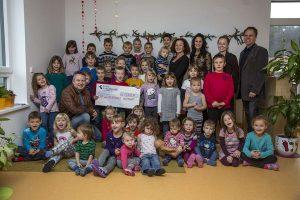 Geldübergabe für Volksschule und Kindergarten